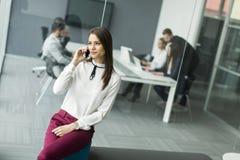 Geschäftsfrau mit dem Telefon Stockfoto