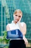 Geschäftsfrau mit dem verletzten Arm stockbild