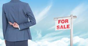 Geschäftsfrau mit den Fingern gekreuzt und für Verkaufszeichen Stockfoto