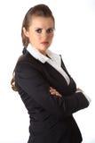 Geschäftsfrau mit den gekreuzten Armen auf Kasten Lizenzfreie Stockfotos