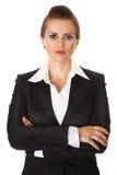 Geschäftsfrau mit den gekreuzten Armen auf Kasten Stockbild