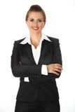 Geschäftsfrau mit den gekreuzten Armen auf Kasten Lizenzfreie Stockfotografie