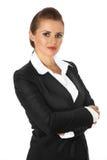 Geschäftsfrau mit den gekreuzten Armen auf Kasten Stockfoto