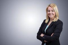 Geschäftsfrau mit den gekreuzten Händen auf sauberem grauem Hintergrund Stockfoto