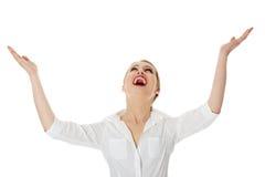 Geschäftsfrau mit den Händen oben lizenzfreie stockbilder