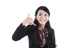 Geschäftsfrau mit der Handgeste, zum sie anzurufen Stockfoto