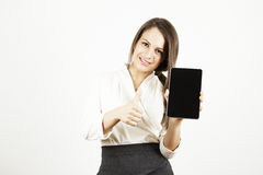 Geschäftsfrau mit der Tabelle, die sich Daumen zeigt lizenzfreie stockbilder