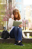 Geschäftsfrau mit Digital-Tablette Lizenzfreie Stockfotos