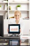 Geschäftsfrau mit Digital-Tablette Stockbilder