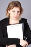 Geschäftsfrau mit Dokumenten stockfotografie