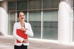 Geschäftsfrau mit Dokumenten Lizenzfreie Stockbilder