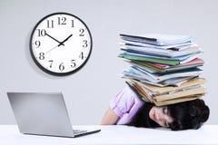 Geschäftsfrau mit Dokumenten auf ihrem Kopf Lizenzfreies Stockfoto