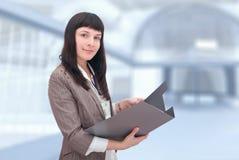Geschäftsfrau mit Dokumentenordner. lizenzfreie stockfotografie
