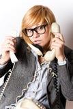 Geschäftsfrau mit drei Telefonen stockfotografie