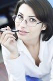 Geschäftsfrau mit einem Bleistift Lizenzfreies Stockbild