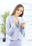 Geschäftsfrau mit einem Cup Stockfoto
