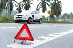 Geschäftsfrau mit einem defekten Auto fordernd Unterstützung Stockbild