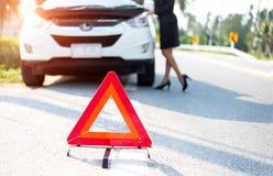 Geschäftsfrau mit einem defekten Auto fordernd Unterstützung Stockbilder