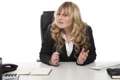 Geschäftsfrau mit einem fragenden Ausdruck lizenzfreie stockfotografie