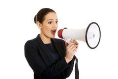Geschäftsfrau mit einem Megaphon Stockfoto