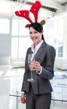 Geschäftsfrau mit einem Neuheit Weihnachtshut stockfotos