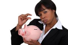 Geschäftsfrau mit einem Sparschwein stockfotos