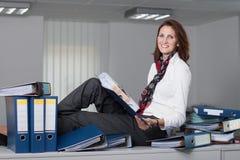 Geschäftsfrau mit einem Stapel Dateien Lizenzfreies Stockbild
