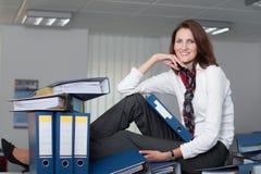 Geschäftsfrau mit einem Stapel Dateien Stockfoto