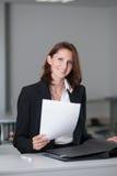 Geschäftsfrau mit einem Vertrag Stockfotografie