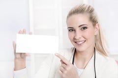 Geschäftsfrau mit einem weißen unterzeichnen herein ihre Hände. stockfoto
