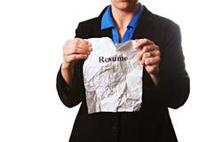 Geschäftsfrau mit einem Zusammenfassungsdokument lokalisiert auf Weiß stockbild