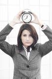 Geschäftsfrau mit einer Borduhr Stockbilder