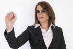 Geschäftsfrau mit einer Feder in ihren Händen. Stockbilder