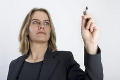 Geschäftsfrau mit einer Feder in ihren Händen. Lizenzfreie Stockfotos