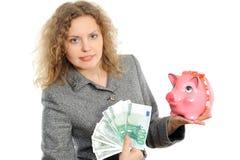 Geschäftsfrau mit einer piggy Querneigung Stockfotografie