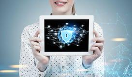 Geschäftsfrau mit einer Tablette, digitale Sicherheit Lizenzfreies Stockfoto