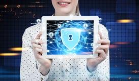 Geschäftsfrau mit einer Tablette, Sicherheitsnetz Stockfotos