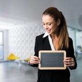 Geschäftsfrau mit einer Tafel Stockbilder