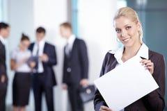 Geschäftsfrau mit einer weißen Platte Stockfotos
