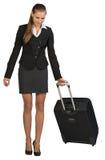 Geschäftsfrau mit fahrbarem Koffer, Nehmen klein stockfotos