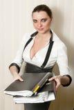 Geschäftsfrau mit Faltblättern in den Händen lizenzfreie stockfotografie