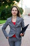 Geschäftsfrau mit Faltblatt in der Stadt Stockfotografie