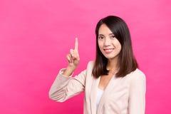 Geschäftsfrau mit Fingerpunkt oben Lizenzfreie Stockbilder