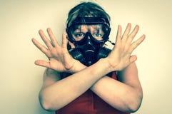Geschäftsfrau mit Gasmaske zeigt negative Geste Stockbild