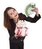 Geschäftsfrau mit Geld, roter Weihnachtskasten. Stockfoto