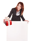 Geschäftsfrau mit Geschenkkasten und -fahne. Lizenzfreies Stockfoto
