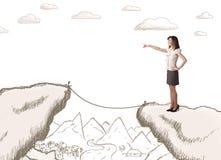 Geschäftsfrau mit gezogenem Rand des Berges Stockfoto