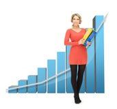 Geschäftsfrau mit großem Diagramm 3d und Ordnern Stockfoto