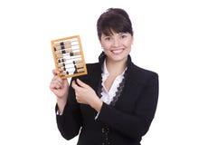 Geschäftsfrau mit hölzerner Rechenmaschine. Lizenzfreie Stockfotografie