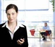 Geschäftsfrau mit Handy stockbild